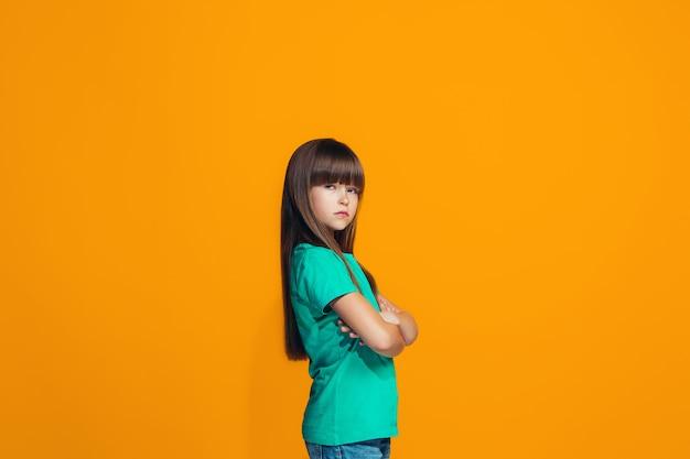 Giovane ragazza seria pensierosa Foto Gratuite