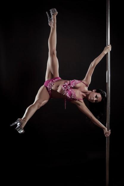 검은 배경에 젊은 섹시한 여자 운동 장대 댄스 무료 사진
