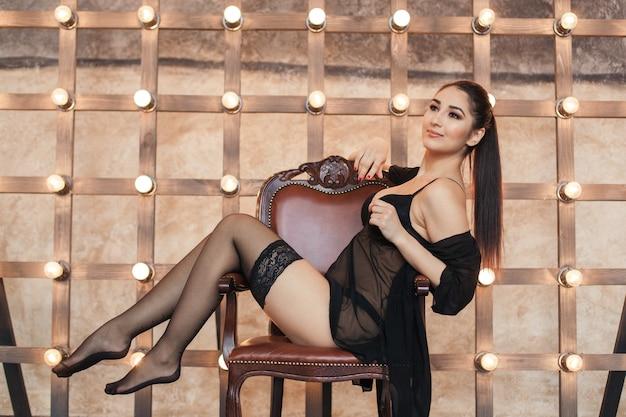 의자에 스타킹에 젊은 섹시한 여자 프리미엄 사진