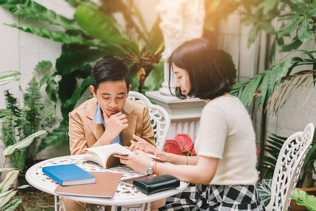 Молодая сестра учит домашнее задание младшему брату внимание слушать Premium Фотографии