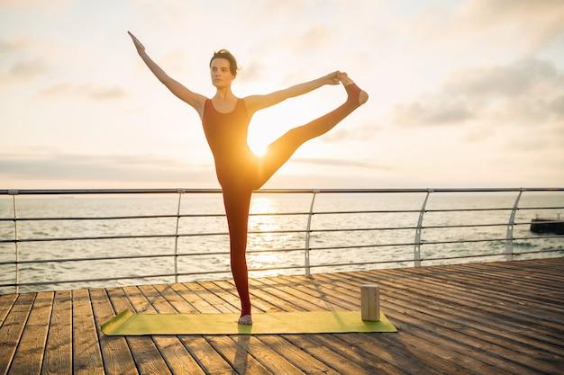 바다로 일출 아침에 요가 하 고 젊은 슬림 아름 다운 매력적인 여자, 건강한 라이프 스타일 무료 사진