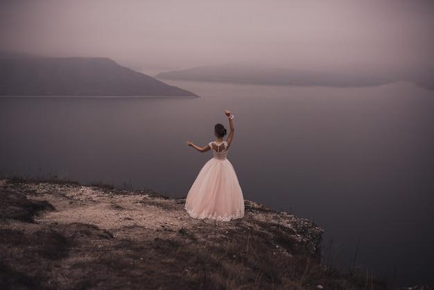 高いギリシャの髪型と装飾を持つ若いスリムな美しい女性の花嫁 Premium写真