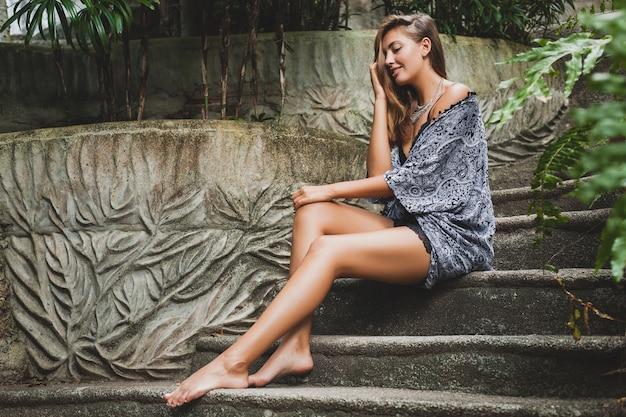 열대 발리 빌라의 젊은 슬림 여성, 섹시 란제리, 관능적이고 아름답고 유혹적이며 검게 그을린 피부, 트렌디 한 의류, 에스닉 보헤미안 스타일, 잠옷, 케이프, 자연의 아름다움 무료 사진