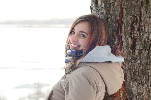 A young and smiling caucasian girl looks around the horizon line Premium Photo