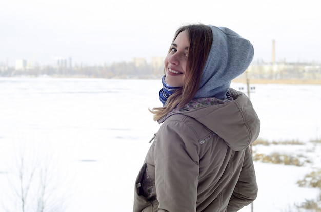 A young and smiling caucasian girl looks around the horizon Premium Photo