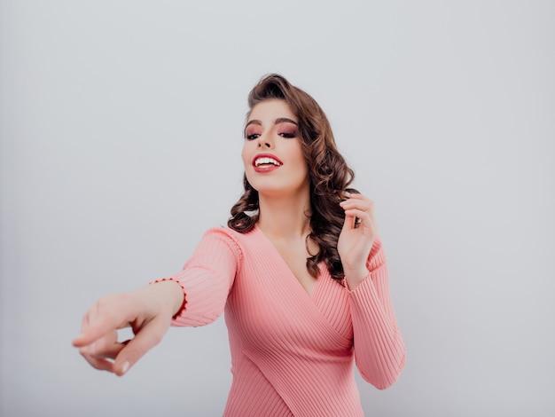 指している若い笑顔の女性 Premium写真