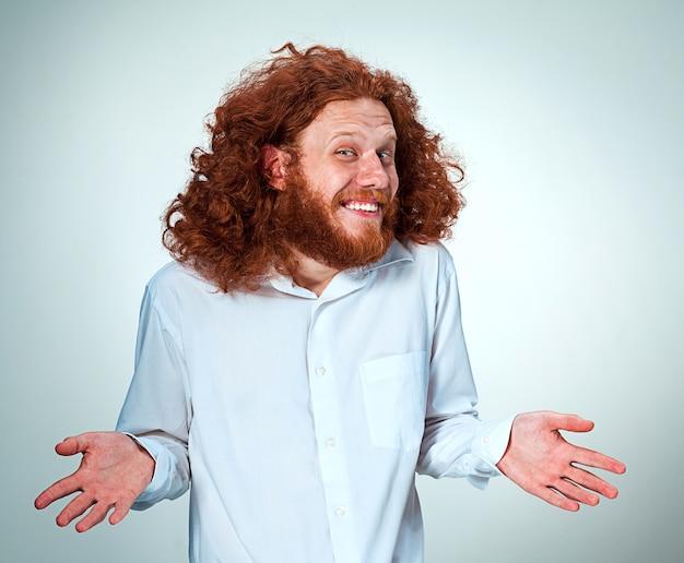 カメラを見て長い赤い髪の若い笑顔の男 無料写真