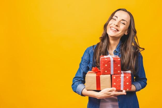 젊은 미소 모델 보류 선물 상자 프리미엄 사진