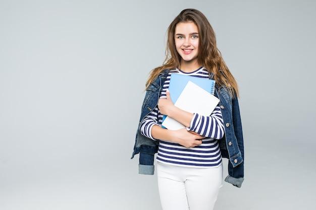 白い背景の上の若い笑顔の学生女性 無料写真