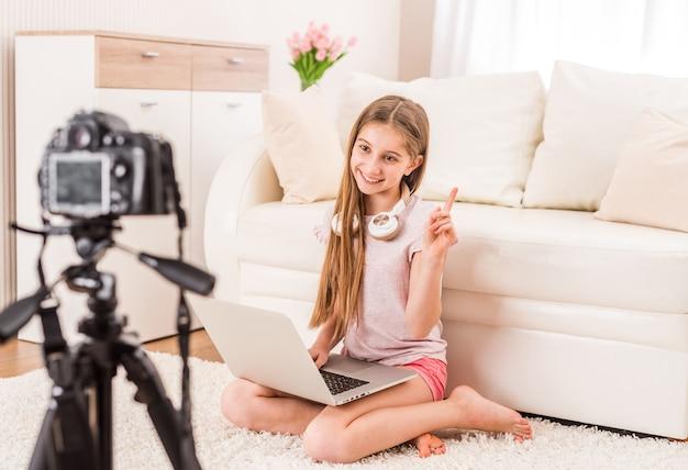 Молодая улыбающаяся девушка-видеоблогер Premium Фотографии