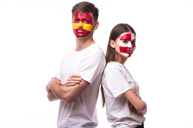 Молодой испанский и хорватский футбольный болельщик, изолированные на белой стене Бесплатные Фотографии