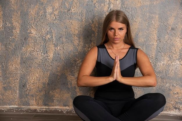 蓮華座で瞑想をしている若い陽気な女性 無料写真