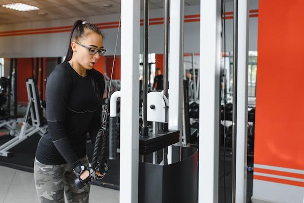若いスポーツの女の子は、フィットネス、ライフスタイル、スポーツ、健康的な食事に従事し、ジムの女の子は運動をします Premium写真