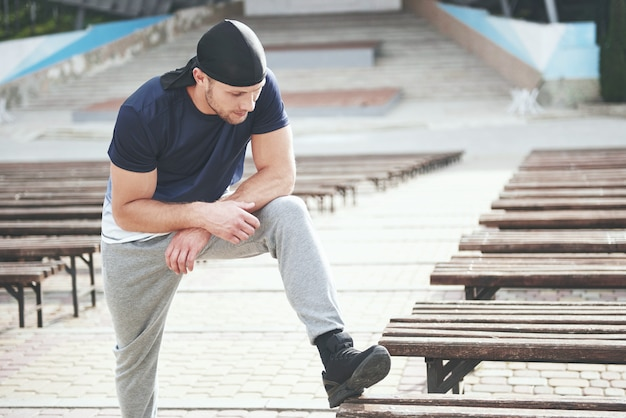 Young sports man doing parkour in the city. Free Photo