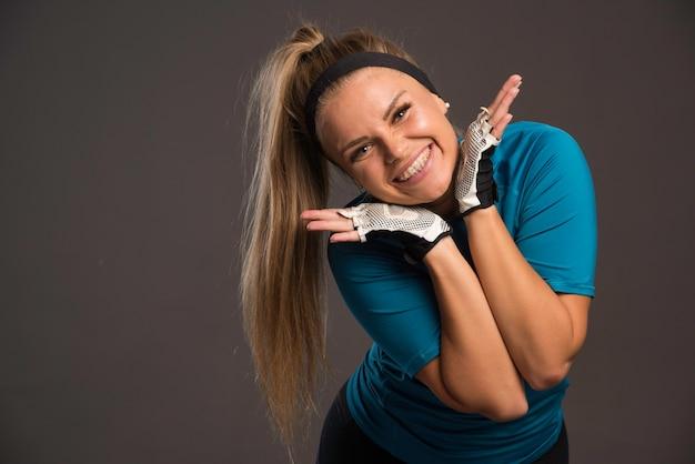 Молодая спортсменка делает веселое лицо. Бесплатные Фотографии