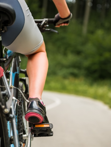 Young sporty woman riding on mountain bicycle. Premium Photo