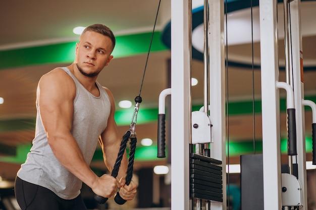 Giovane uomo forte che si esercita in palestra Foto Gratuite