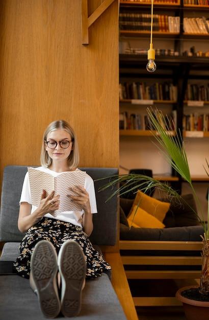 図書館で本を読んでいる若い学生 無料写真
