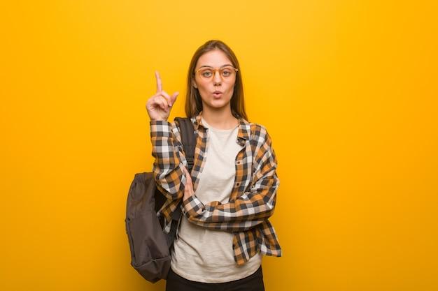 素晴らしいアイデア、創造性の概念を持つ若い学生女性 Premium写真