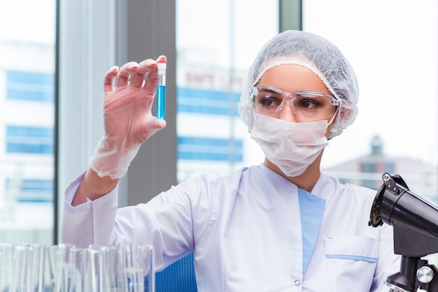 Young student working with chemical solutions in lab Premium Photo