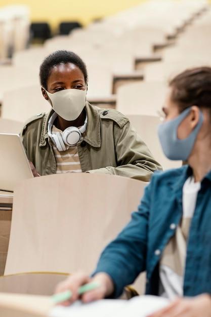 수업에 참석하는 어린 학생 무료 사진