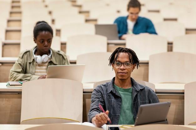 대학 수업에 참석하는 어린 학생들 무료 사진