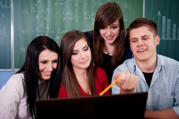 Молодые студенты в классе Бесплатные Фотографии