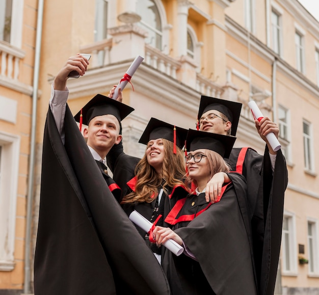 Молодые студенты, принимающие селфи Бесплатные Фотографии