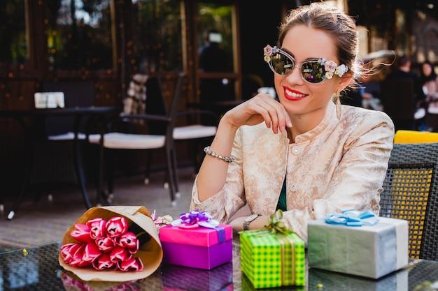 카페에 앉아 패션 선글라스에 젊은 세련 된 아름 다운 여자 무료 사진