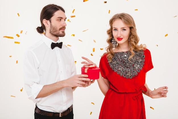 新しい年を祝うスタイリッシュなカップル 無料写真