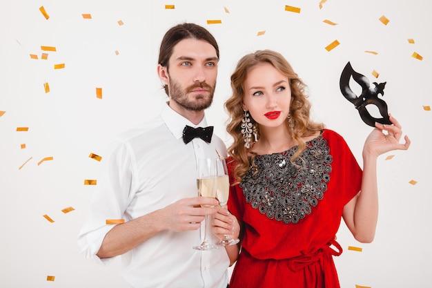 新しい年を祝うとシャンパンを飲む愛のスタイリッシュなカップル 無料写真