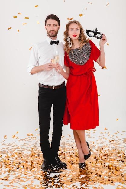Молодая стильная влюбленная пара празднует новый год и пьет шампанское Бесплатные Фотографии