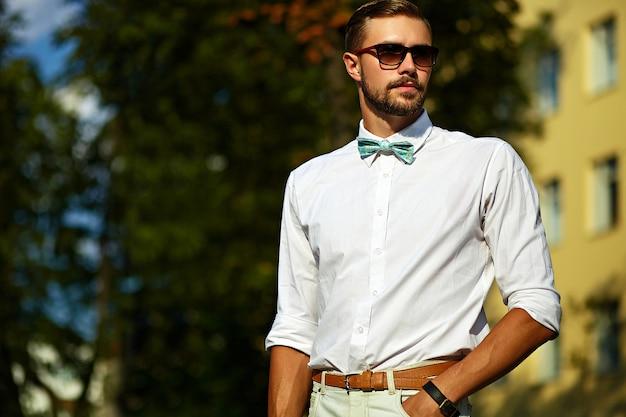 Молодой стильный сексуальный красавец модель в повседневной одежде образ жизни на улице в очках Бесплатные Фотографии