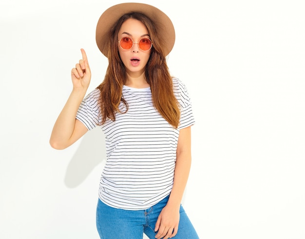 Young stylish  woman model in casual summer clothes in brown hat gets good idea in mind Free Photo