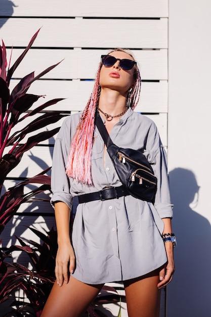 분홍색 보라색 머리띠와 검은 색 허리 가방 야외 포즈와 젊은 세련된 여자 무료 사진