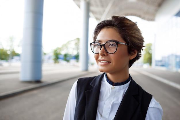 若い成功した実業家笑顔、ビジネスセンターの近くに立って 無料写真