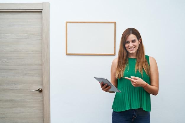 Молодой учитель преподавания с белой доски и планшета. концепция обучения, занятия и новый курс. Premium Фотографии