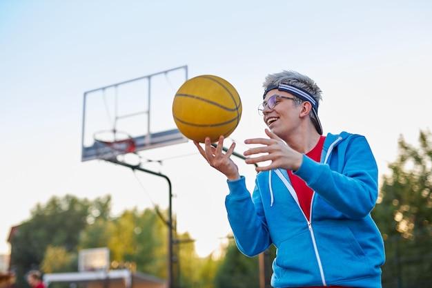 어린 십대 소년의 취미는 농구 프리미엄 사진