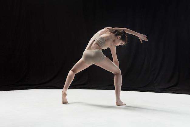 흰색 바닥 스튜디오 배경에 춤 젊은 십 대 댄서. 발레리나 프로젝트. 안무와 현대 컨셉 무료 사진