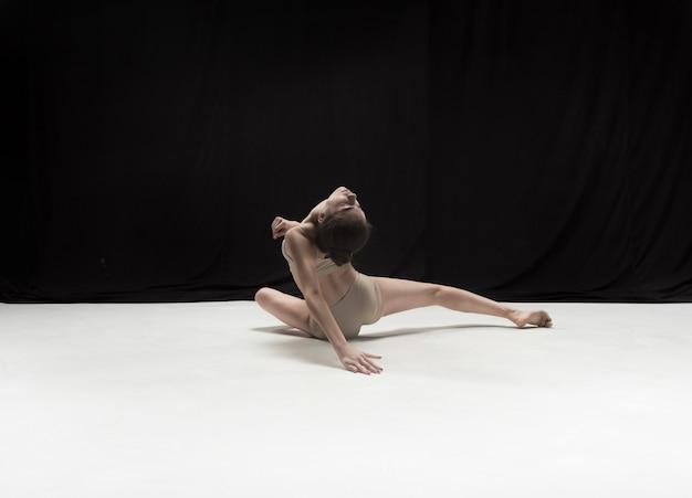 白い床のスタジオで踊る若いティーンダンサー。 無料写真