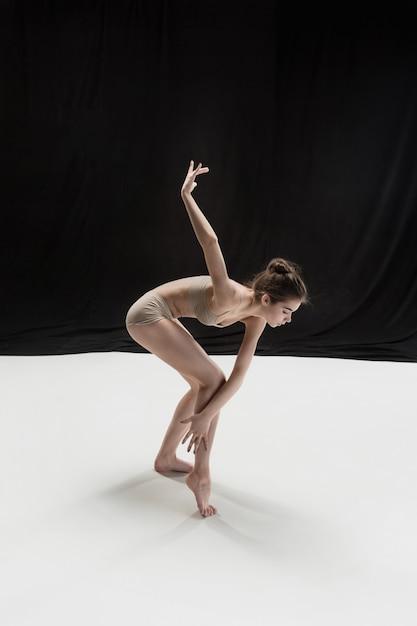 Giovane ballerino teenager sul pavimento bianco. Foto Gratuite