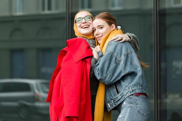 Молодые подростки обнимали друг друга Бесплатные Фотографии