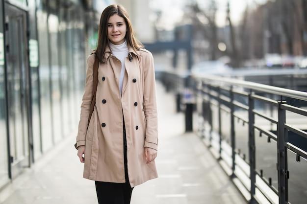 Молодая нежная брюнетка девушка гуляет по городу в повседневной одежде Бесплатные Фотографии