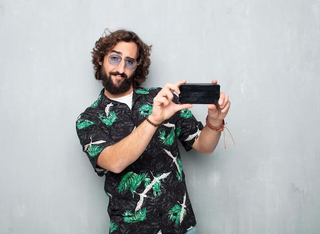 Молодой турист с мобильным телефоном Premium Фотографии