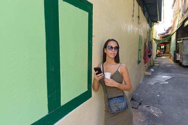 Молодая туристическая женщина, изучающая город бангкок Premium Фотографии