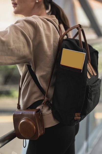 Молодая туристская женщина с рюкзаком Бесплатные Фотографии