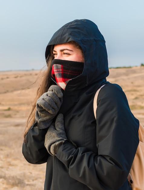 Giacca con zip per giovane turista per proteggersi dal freddo. Foto Gratuite
