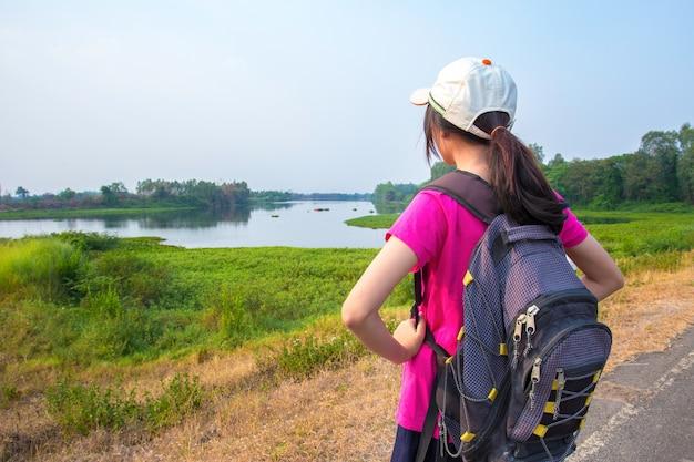 Молодые туристы природа Premium Фотографии