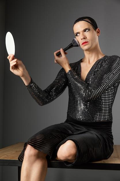 メイクブラシを使用して若いトランスジェンダーの人 無料写真