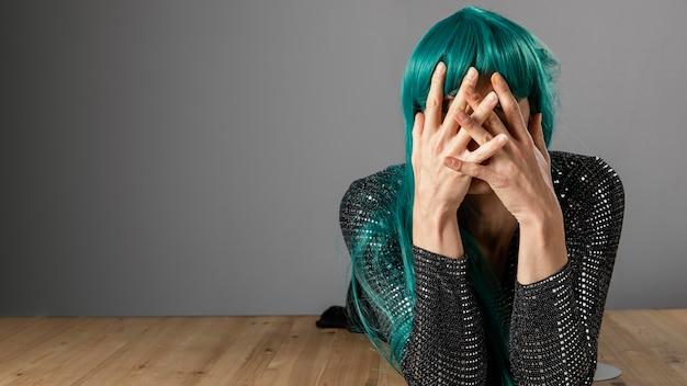 녹색 가발 복사 공간을 입고 젊은 트랜스 젠더 사람 무료 사진